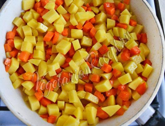 Обжариваем картофель с морковкой