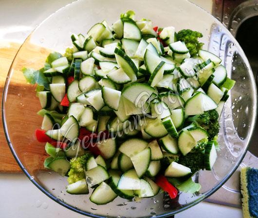 Режем в салат огурцы