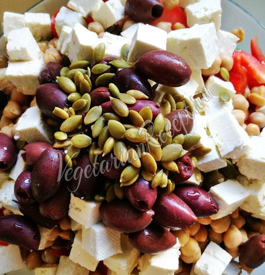 Посыпаем салат тыквенными семечками