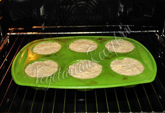 Раскладываем тесто в формочки