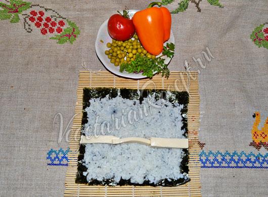 Выкладываем рис и плавленный сыр