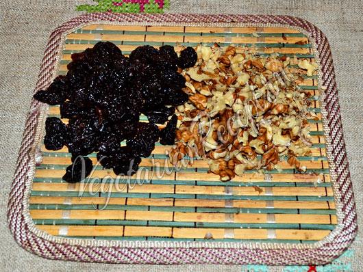 Измельчаем орехи и вишню
