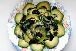 Салат с авокадо и черносливом