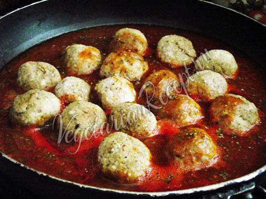 Потушить фрикадельки в томатном соусе