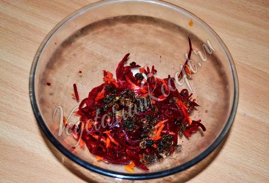 Добавить отваренную морковку и изюм