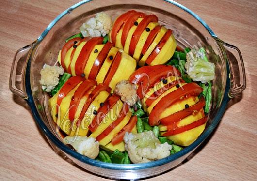 Запекаем картофель с овощами в духовке