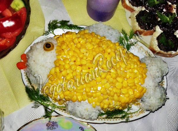 Салат Рыбка с кукурузой и рисом