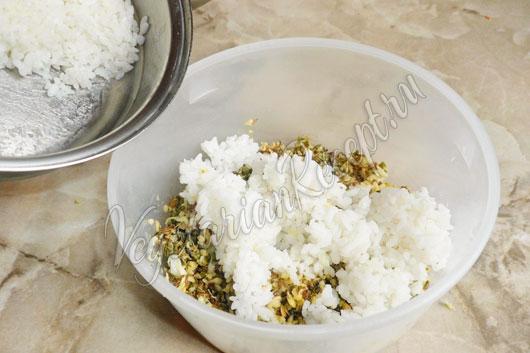Положить готовый рис