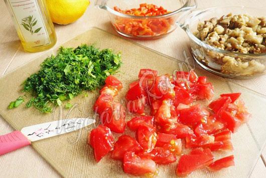 Нарезаем печеные баклажаны, перец, помидоры и зелень