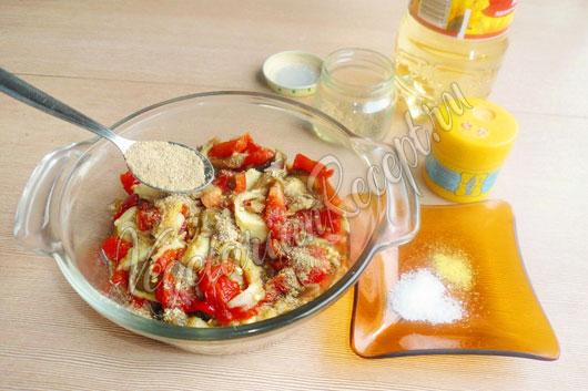 Заправляем салат специями и заправкой