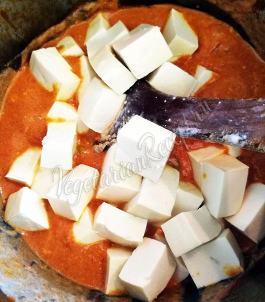 Положить домашний сыр панир
