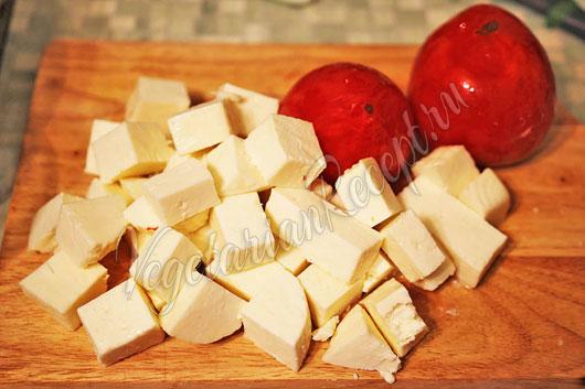 Порезать сыр и помидоры