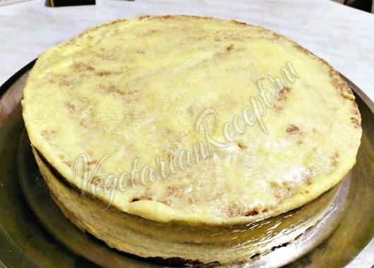Собранный торт обмазываем кремом