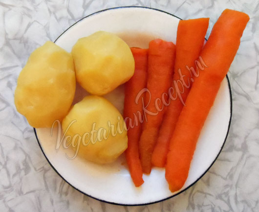 Отваренный картофель и морковь