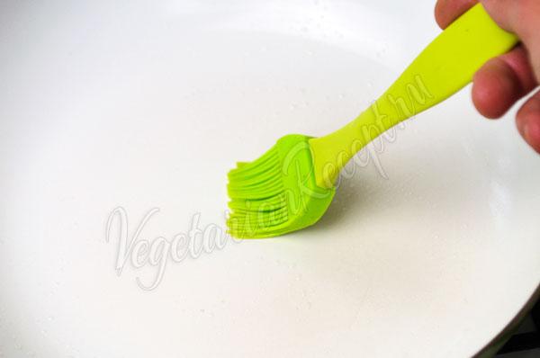 Смазать сковороду