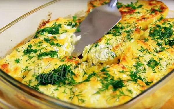 Запеченная молодая картошка в соусе с сыром и грибами